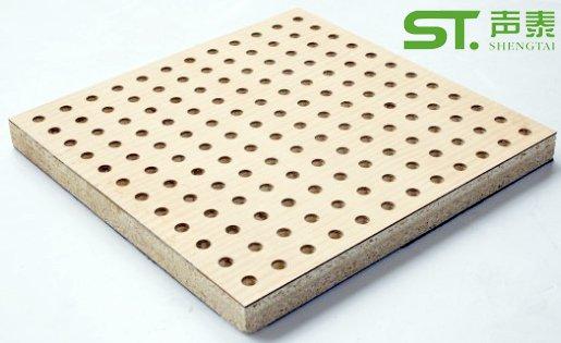 孔木吸音板     孔木吸音板是一种在密度板的正面