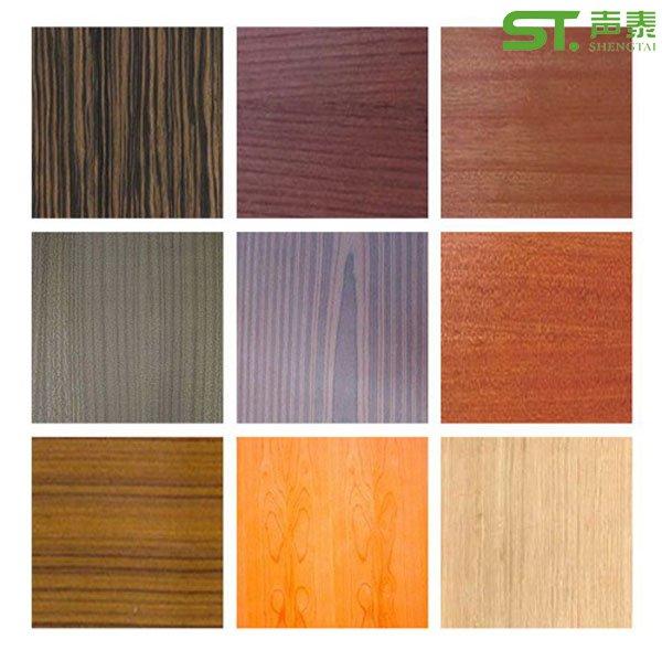 http://www.shengtaisx.com  Date: 2015-05-09 木饰面板是用于大型酒店会议室的内墙成品装饰板。产品是由将天然木材或科技木刨切成一定厚度的薄片,粘附于胶合板表面,然后热压而成的一种用于室内装修或家具制造的表面材料。木饰面板表面可做三聚氰胺、天然木皮、科技木皮这三种。市场上面销售与大多数工地使用的木皮面有樱桃木、枫木、白榉、红榉、水曲柳、白橡、红橡、柚木、花梨木、胡桃木、白影木、红影木等数十个品种。接下来给大家讲讲这款装饰板的重点。